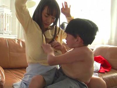 スレンダーな美少女AV女優が子供とセックスww淫乱パイパンまんこを手マンで痙攣アクメw