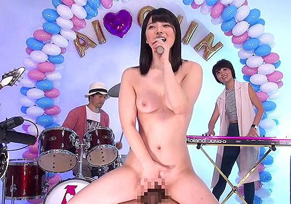 【上原亜衣】『歌いながらセックスします♡』全裸のアイドル美少女シンガーが歌う企画w
