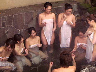 人妻のおばさんたちを集めて温泉旅行で王様ゲーム!!ハーレムプレイがたまらん!!