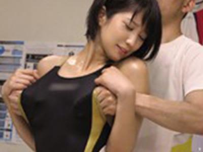 スク水を着た可愛い女子大学生が整体治療でおじさんにエッチなマッサージをされまくる!発情してデカチン挿入!!