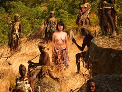 可愛いお姉さんがアフリカの原住民たちとセックスしまくっちゃうww生で中出しされちゃうヤバイやつww