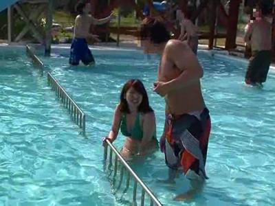 プールで水着姿のお姉さんにおじさんが痴漢しまくる!!そのまま強姦してイキまくっちゃうww